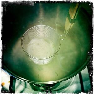Koka grönt & nudlar i vatten